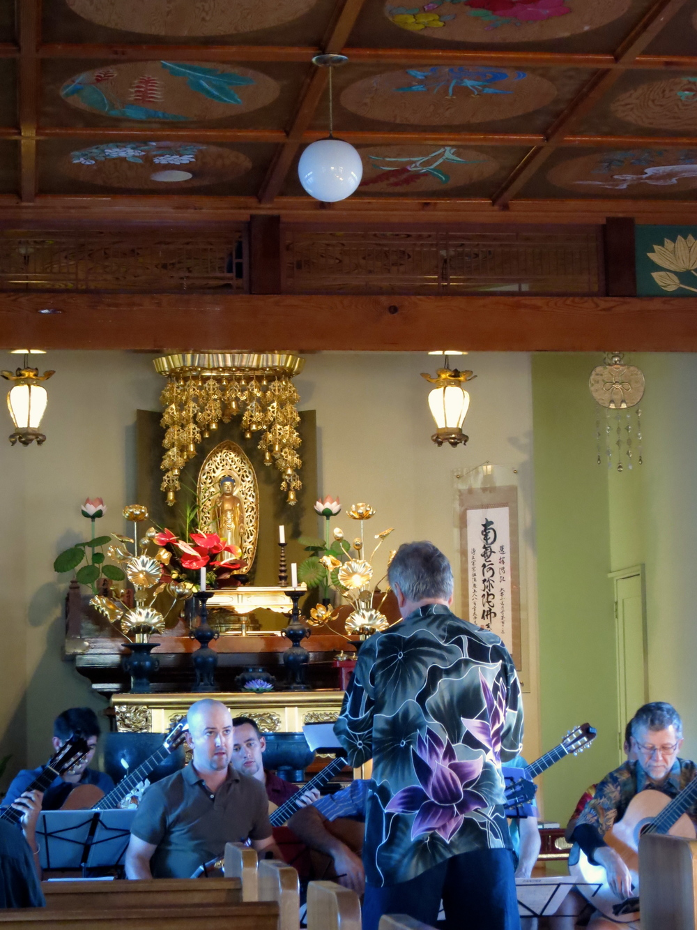 Ben Verdery conducting the Maui Honu Guitar Orchestra at Lahaina Jodo Mission (2014)