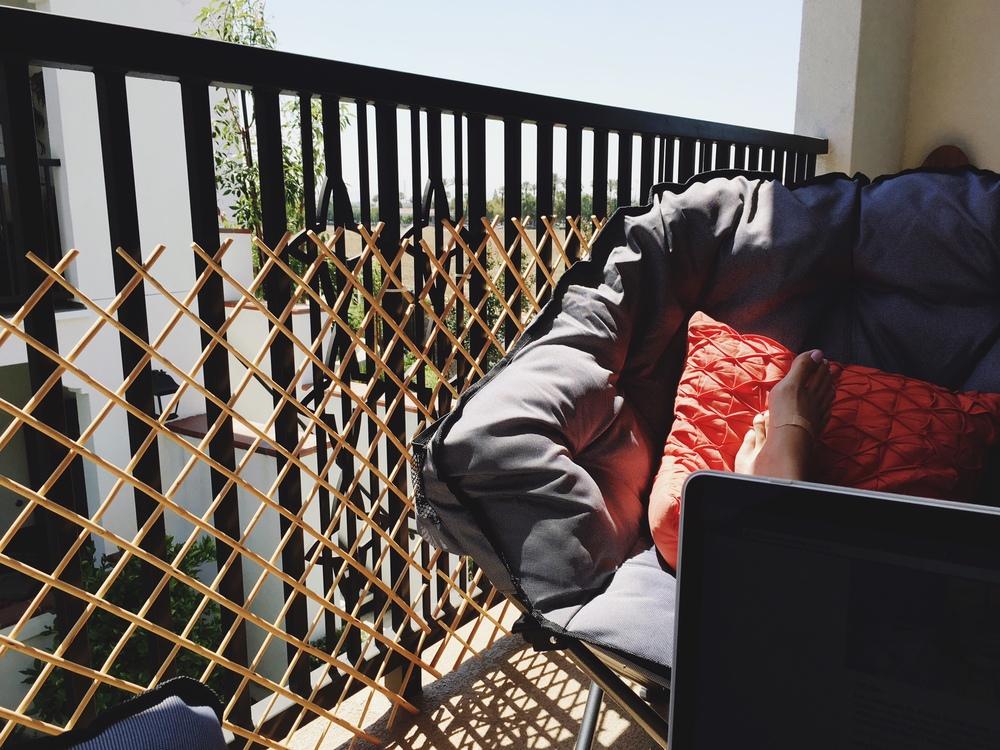 Parfaite image pour illustrer la situation. Mon balcon, ma vue, ma vie!