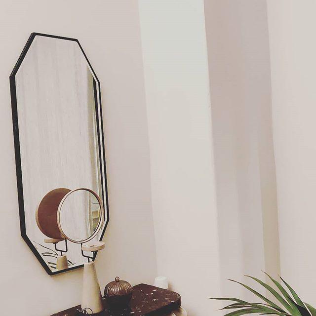 NOVEL medium mirror