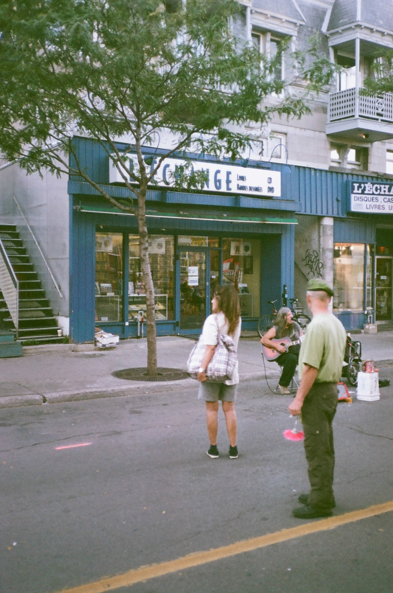 I know street artists are easy target for photos but I really like how the guy took his time to listen to the music. // montreal used an expired film from 2002. The results are so grainy :/ not digging it that much