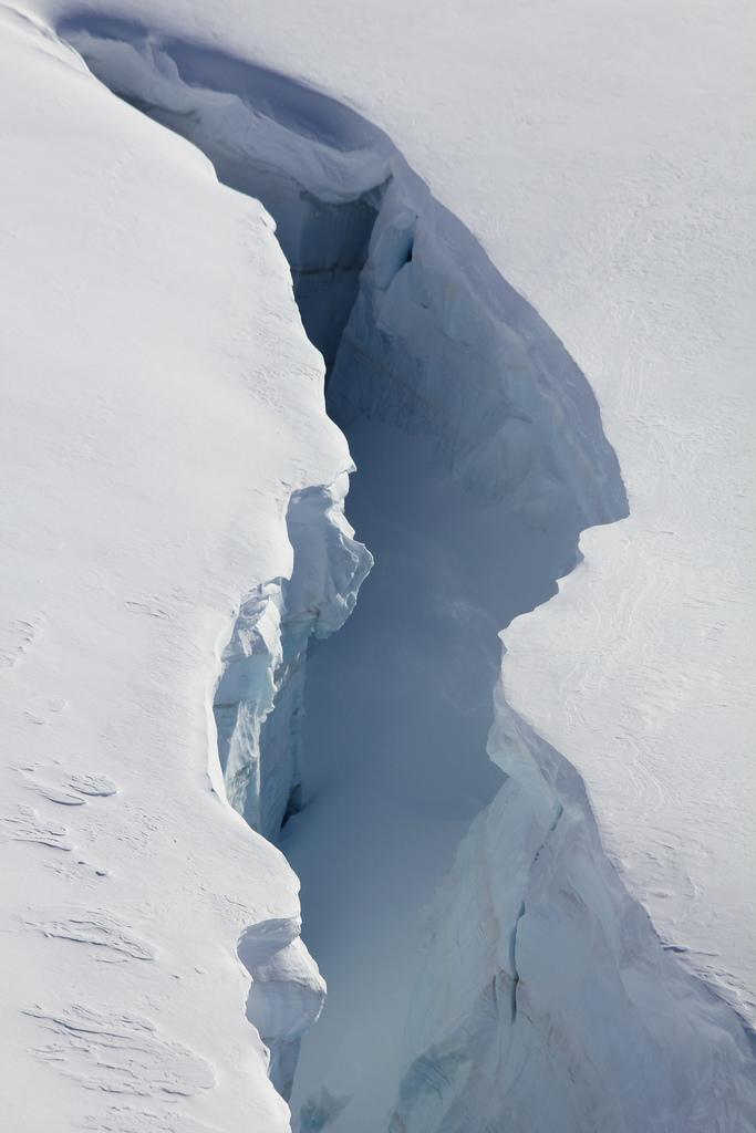 lvndcity :       Gletscher / Glacier: Gletscherspalt auf dem Jungfraufirn beim Jungfraujoch im Kanton Wallis in der Schweiz by  Hurni Christoph  (2011)     Switzerland