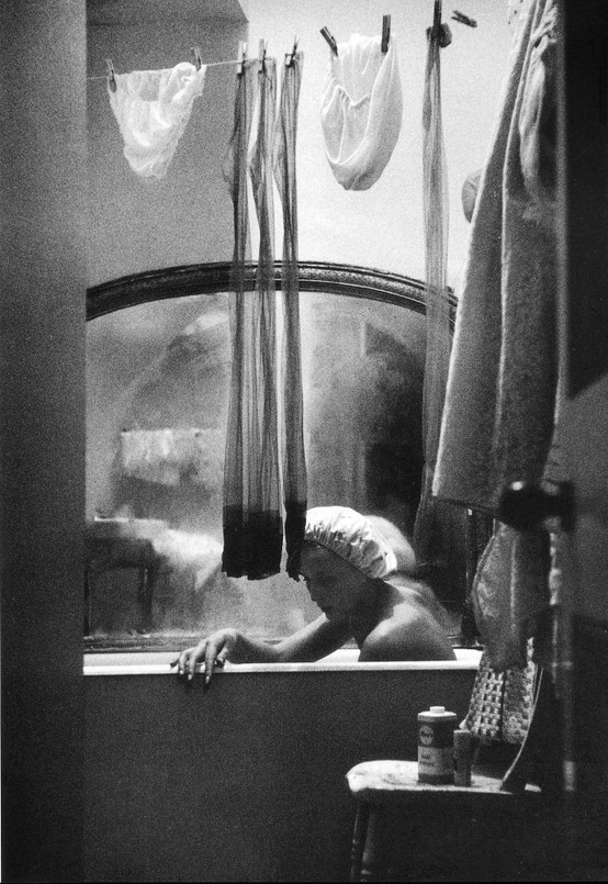 bremser :     Eve Arnold,  A girl who shares a bath and flat with three other girls,  London, 1961