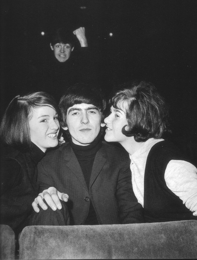 juliasegal :      wittyfoolishness :   The Beatles photobomb…Paul McCartney and George Harrison.   hahahahahaha!!!! Paul's face is priceless!!