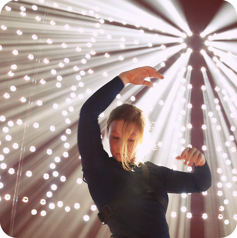 Kuvassa tanssija Sanni Kriikku vuoden 2016 avajaiskonsertissa Hipstercredo.