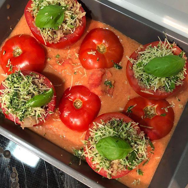 🍅 Basil sausage stuffed tomatoes 🍅 #dinnerlastnight #tomatoes #tomatesfarcies #basil