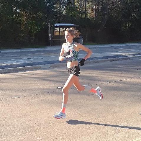 Here we have Sam Calderon en route to an OTQ in the Chevron Houston Marathon! 🔥 She ran a 2:44:44!