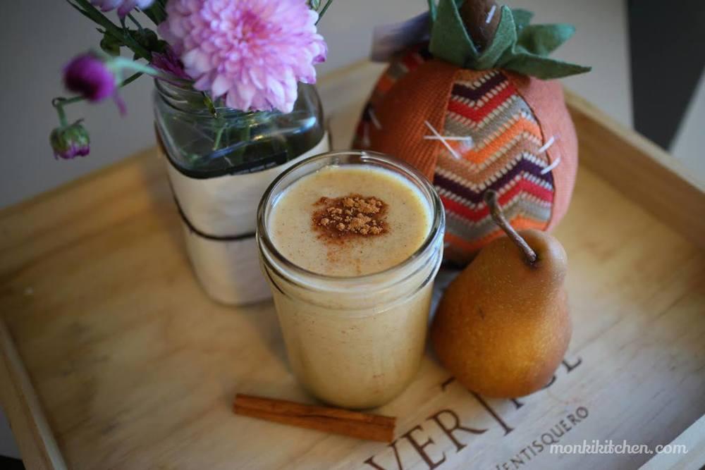 PUMPKIN SMOOTHIE    - 3/4 de pure de calabaza - 1/2 pera madura - 1/2 taza de leche de almendras  - 2 cdas. de jarabe de maple natural - 1/2 cda. de canela   Licuar todos los ingredientes, si no te gusta muy espeso puedes agregar más leche. ¡Salud!