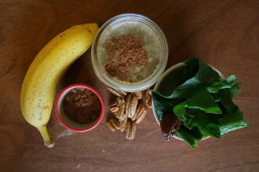 """CHOCO ESPINACA      - 1/2 taza de espinacas   - 1 platano   - 1 taza de leche de almendras (o agua)     - 1 puñado de nueces (las que prefieras) - 1 cda. de cacao en polvo - 1 dátil (opcional) - 1 pizca de canela en polvo   Licuar. Disfrutar. Este smoothie es dulce pero como siempre muy nutritivo, con vitaminas, grasas buenas, fibra y lleno de energía altamente recomendado para niños melindrosos jajaja, porque ni se enterarán de la espinaca, lo verán prácticamente como un """"chocomilk"""" versión saludable  smile emoticon"""