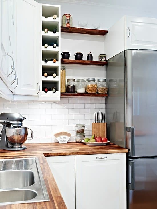 A great example of open shelving mixed with traditional upper cabinets, from  Stadshem  via  Superb.li .