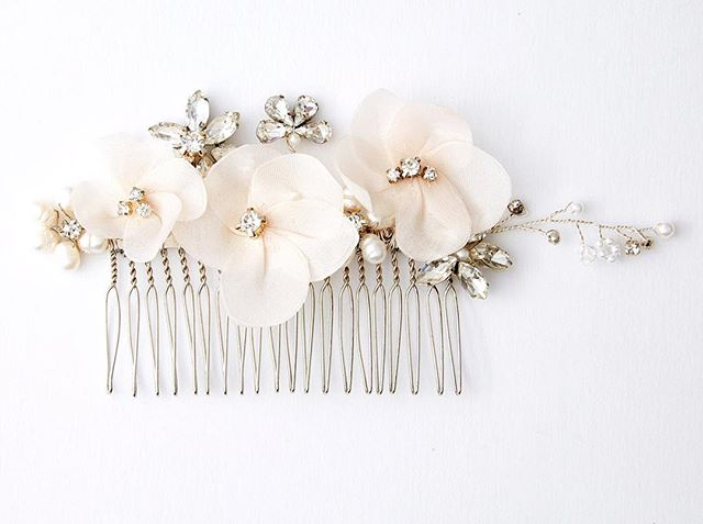 Blush three flower crystal comb #454 ✨🌸✨ #elleandjae #bridalaccessories #haircomb #bridalhair #hairinspo #bridalstyle