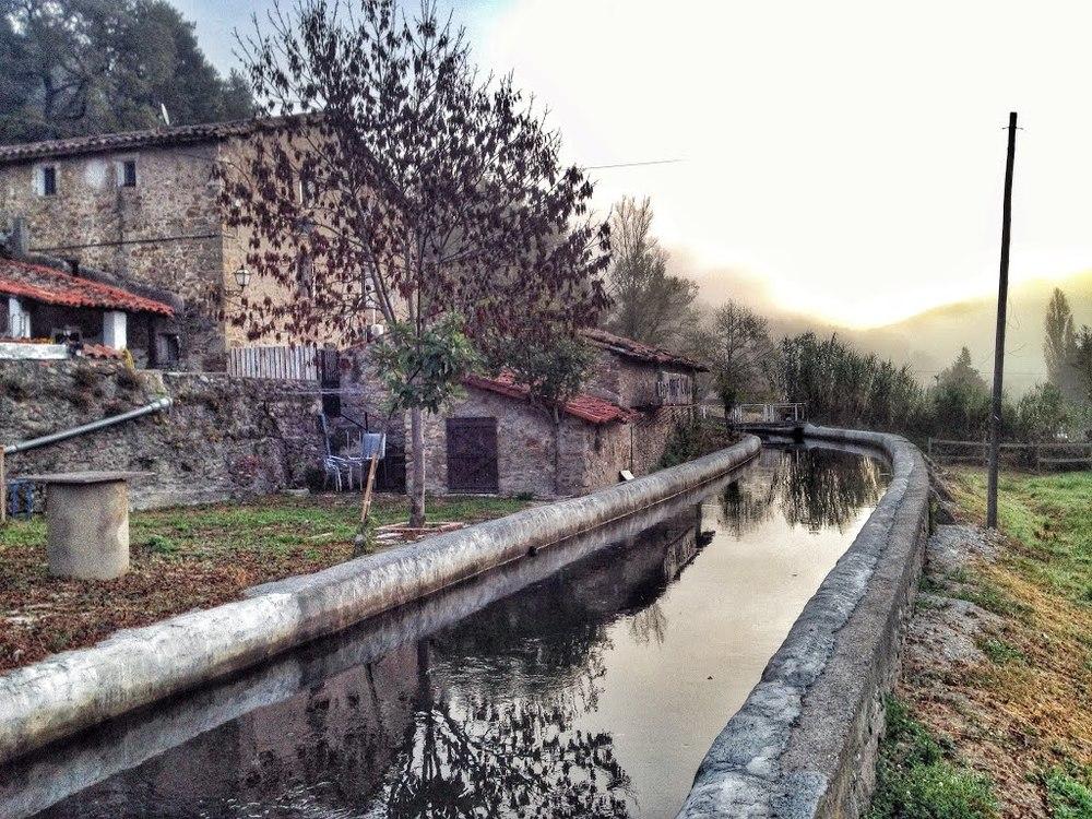 La masia La Barricona a la carretera que uneix Ripoll i Sant Joan de les Abadesses.