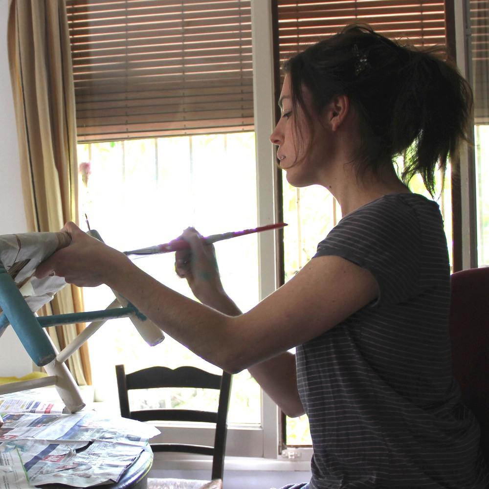 L'Anna Terricabras il·lustrant una cadireta de fusta.
