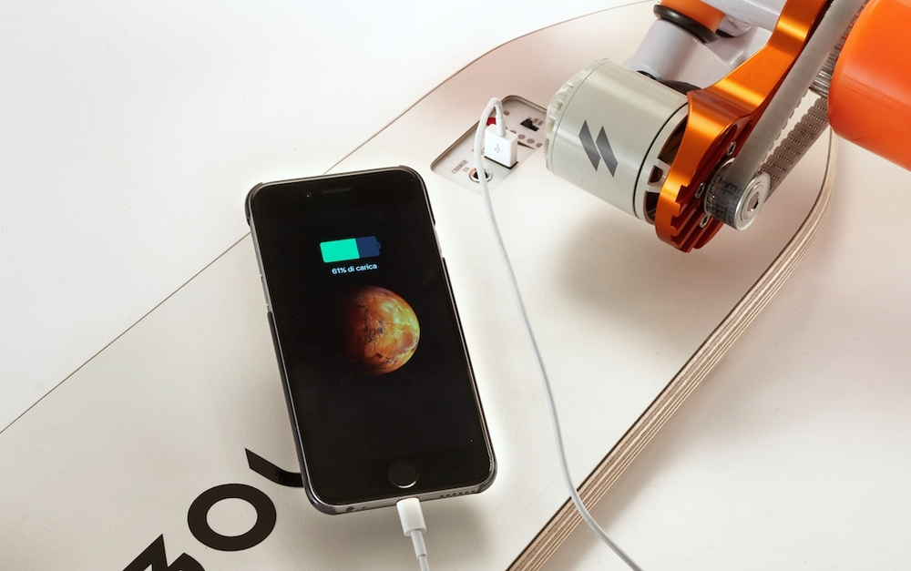 USB CHARGING With Bolt's USB port you can charge your devices on the go.The battery it's so powerthat can charge your iPhone up to 20 times!