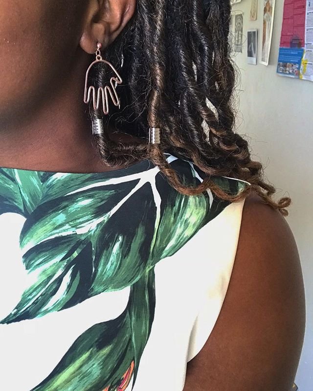 Give these earrings a hand y'all.