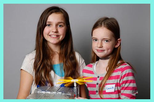 Twee meisjes presenteren hun tijdsreismachine