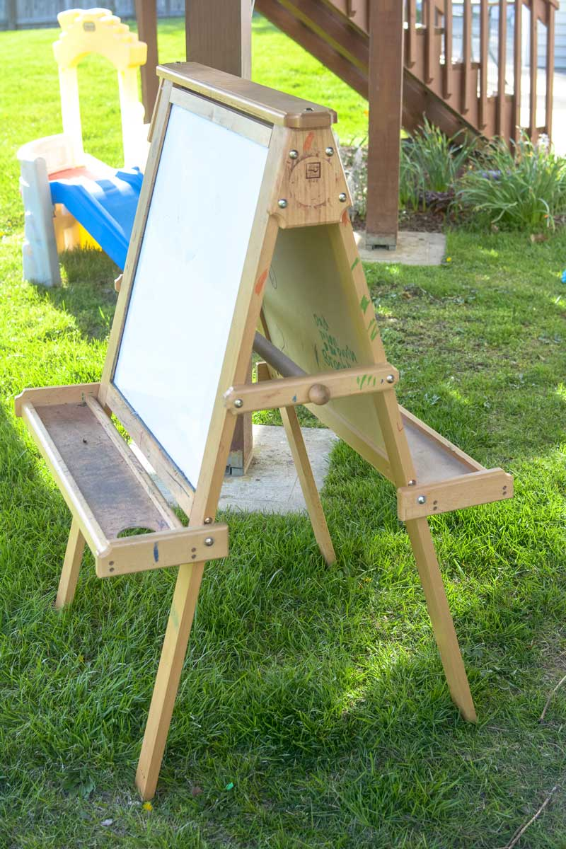 The easel has two trays on either side that flip up, as well as a bar through the middle that you can put paper on — a feature I will surely use in the future!