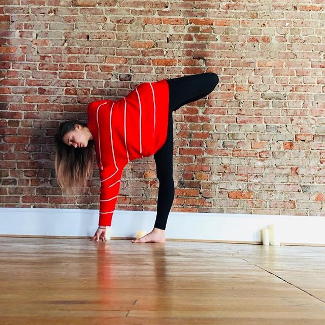 Optimistic attitude☺️🥰 Teaching @bluebirdskyyoga twice this weekend — Saturday 10am + Sunday 1pm ❤️❤️❤️ #yoga #halfmoon #sugarcanepose #ardhachandrachapasana #optimism #optimistic #red