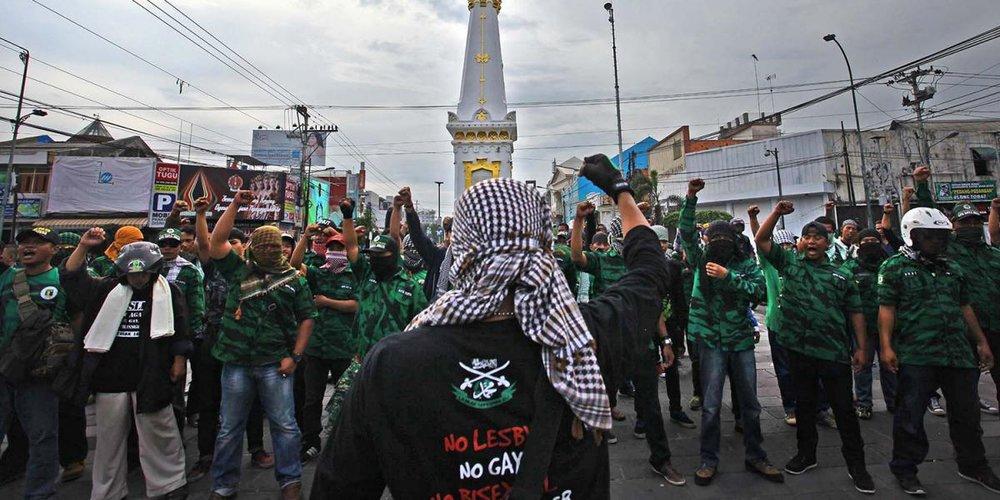 Sebuah kelompok yang menentang komunitas Lesbian, Gay dan Transjender (LGBT) sedang bersiap untuk menghadapi kelompok pro-LGBT yang melakukan protes tandingan di Monumen Tugu, Yogyakarta, pada 23 Pebruari. © 2016 Andreas Fitri Atmoko/Antara