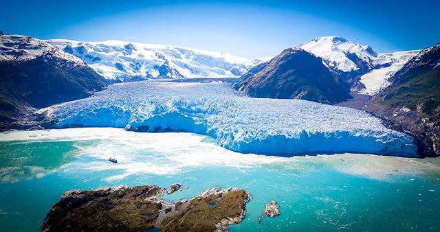 Amalia Glacier!!! 2 miles long and one of the largest in #Patagonia. Sadly, it's retreating!! While we were there the thundering sound of shifting Ice kept us glued to the view.  Every time I tried to turn my back on it something would start to move. . . . . . . . #travel #traveling #vacation #visiting #instatravel #instago #instagood #trip #holiday #photooftheday #fun #travelling #tourism #tourist #instapassport #instatraveling #mytravelgram #travelgram #travelingram #igtravel