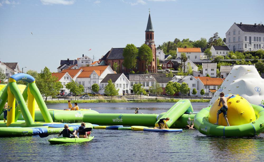 Tjenna og badeparken. Foto Atle J. Goutbeek.