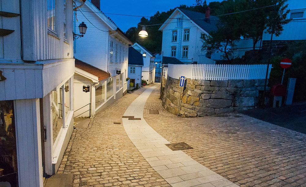 Hovedgata/Holgata binder sammen det øvre og nedre nivået i Tvedestrand sentrum. Dette var en viktig brosteinsbelagt bygate fra gammelt av. Foto: Dag Jenssen, Feste Grenland.