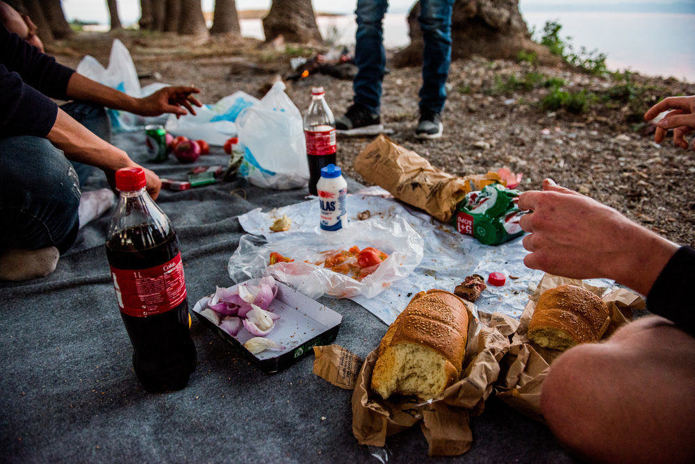 We ate sheep grilled on a piece of sheetmetal accompanied by onions, peppers, tomatoes, bread, Alpha Beer and Coca-Cola.