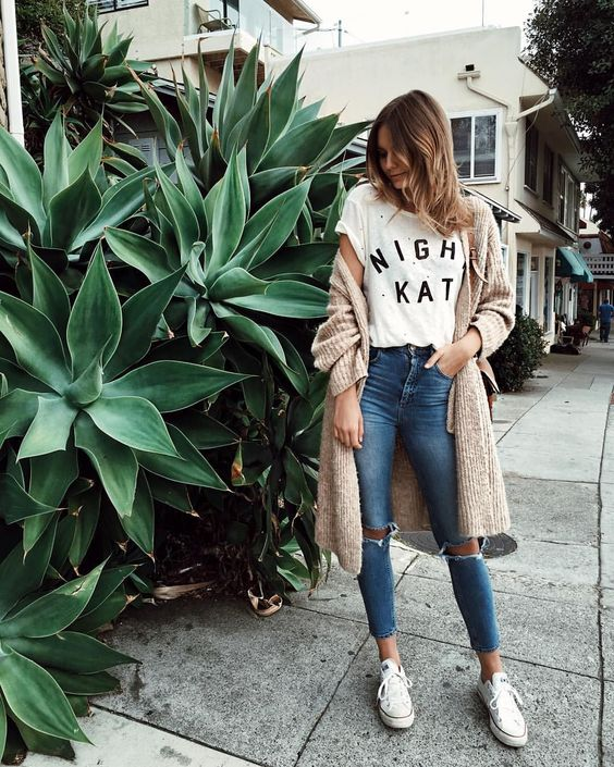 KEY TO THIS OUTFIT: - Oversized Cardigan & High waist Jeans