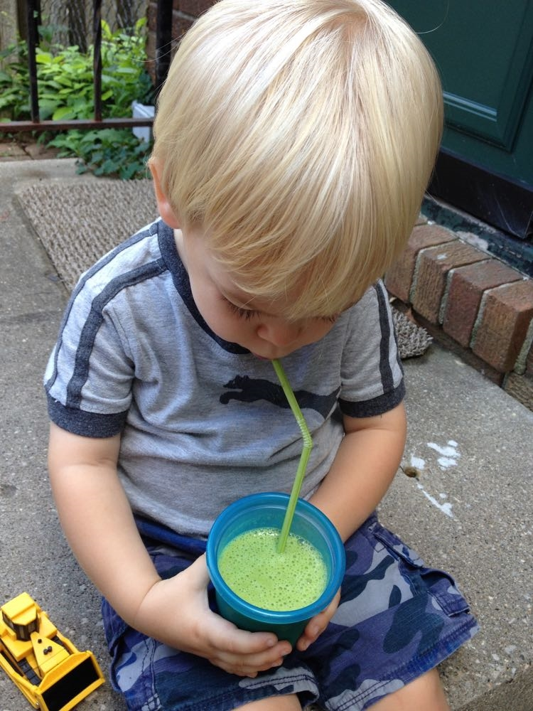 Toddler-Friendly Green Smoothie on yummytoddlerfood.com
