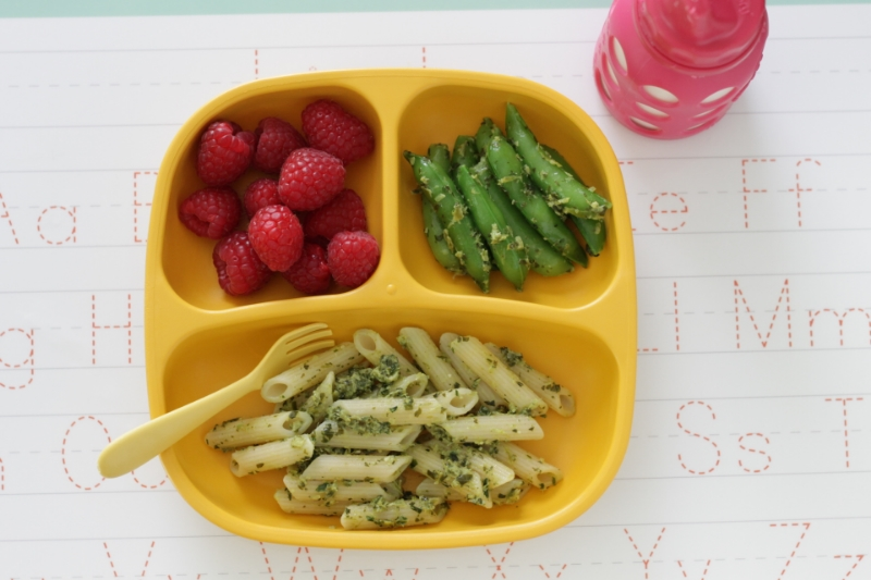 Family Meal Made Easy: Fresh Snap Peas and Pesto Pasta l yummytoddlerfood.com