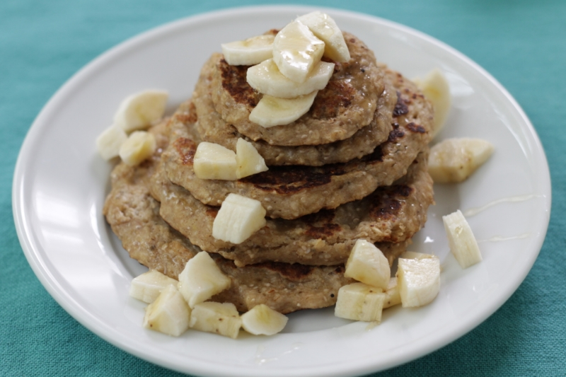 Banana Oat Pancakes with Yogurt l yummytoddlerfood.com