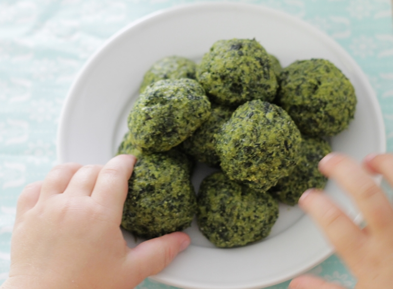 Cheesy Kale Bites Recipe l yummytoddlerfood.com