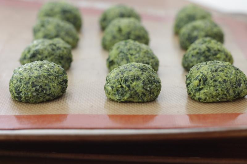 Super Cheesy Kale Bites (gluten-free) l yummytoddlerfood.com