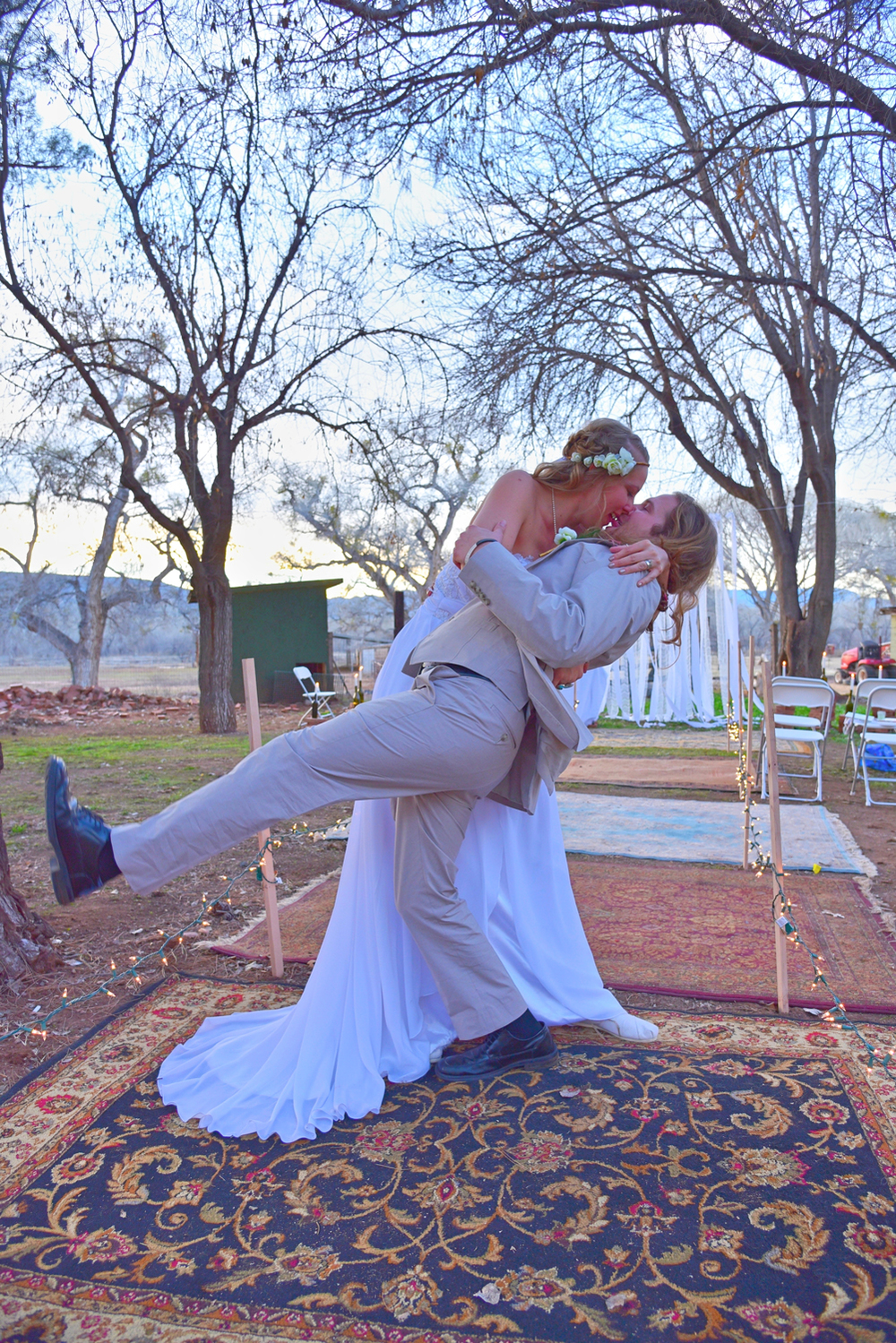Weddings-Boho-Rugs-Arizona-Bride-Groom-Dip-Kiss_Carly-Carpenter.jpg