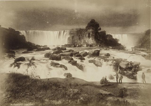 (1)   Salto del Laja    (  c.1895). En  Álbum de Aspectos de Chile  (1896-1900) © Museo Histórico Nacional