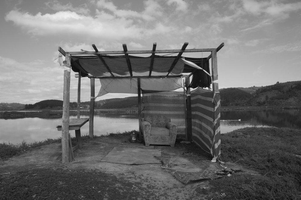 (3) Trazado del parapeto entre cuarteles © Carolina García  S . para  LOFscapes.  Fotografía que muestra trazado de parapeto entre cuarteles de sal inundados por agua en época de invierno.