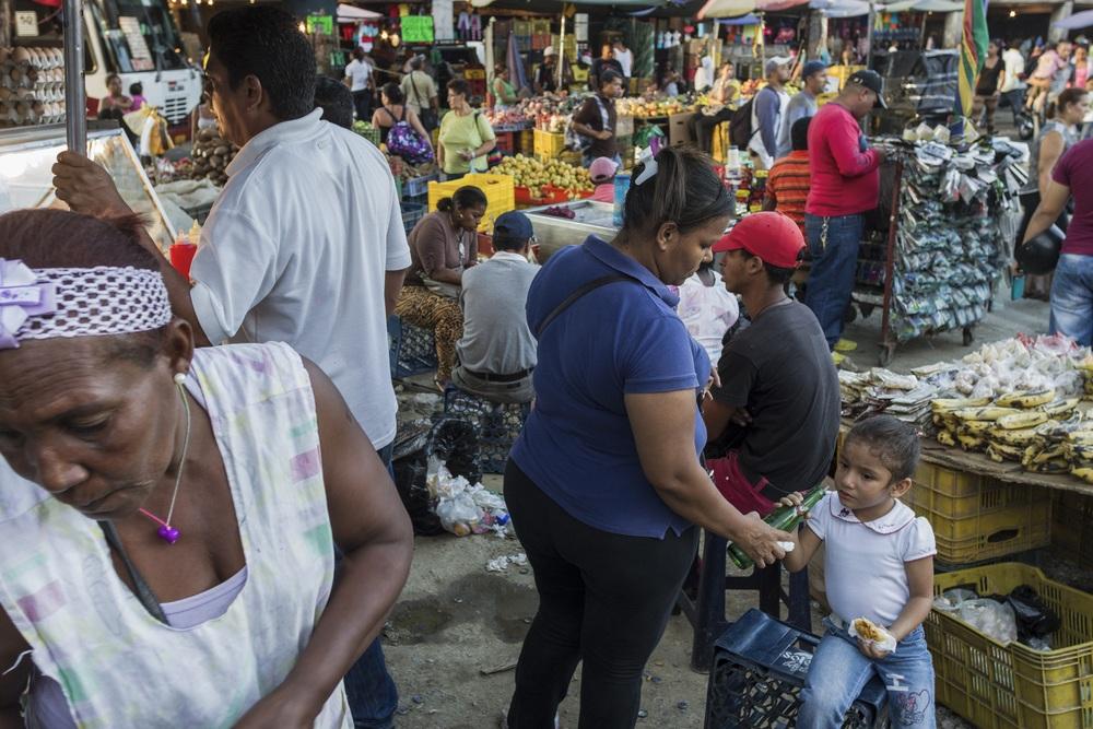 """""""The informal economy in Venezuela represents 44.8% of the working population. Between 20% and 25% are in """"buhoneria"""" or street vending. In Petare, there are over 2000 'buhoneros.'"""" (Source: INE, El Universal).   """"  El sector informal en Venezuela representa 44,8% de la poblaci—n ocupada. Entre 20% y 25% están en buhoner'a. En Petare hay más de 2000.  """"   (Fuente: INE, El Universal)."""