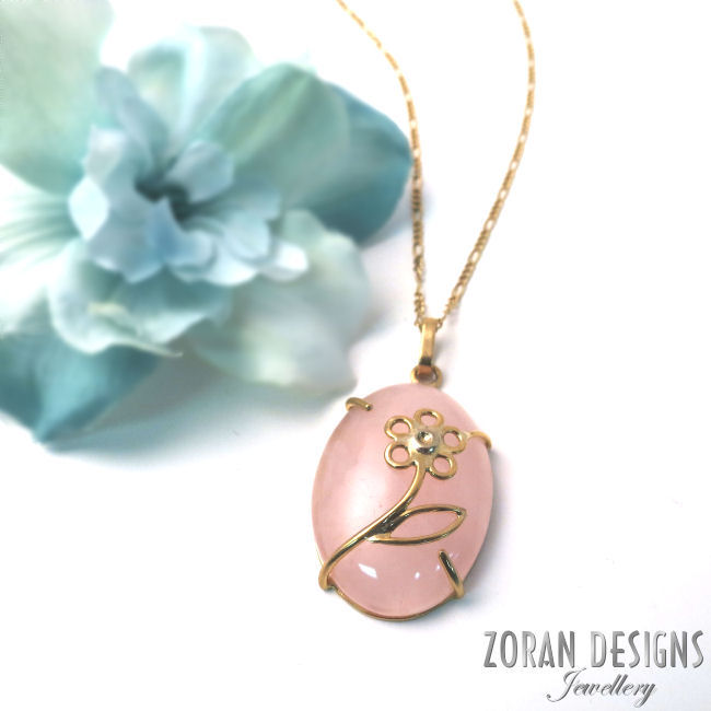Rose quartz pendant with flower detail - 18K yellow gold necklace