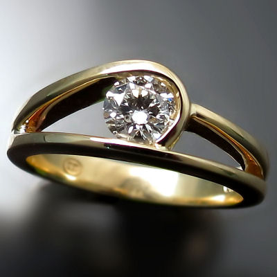 Custom engagement ring: diamond in modern design
