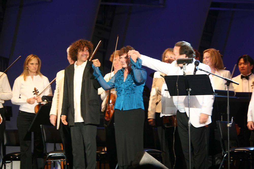 """Curtain call: Anthony Marinelli (composer), Julia Sweeney (narrator) and Lucas Richman (conductor), Los Angeles Philharmonic performance of """"In the Family Way"""", Hollywood Bowl, Hollywood, CA, 2006"""