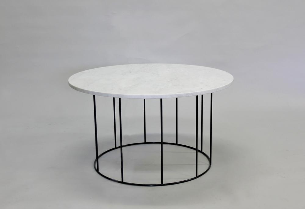 Marmorbord, vit - 80 diameter, H 45 cm, svart/vitt underrede Pris 6 000:- inkl frakt