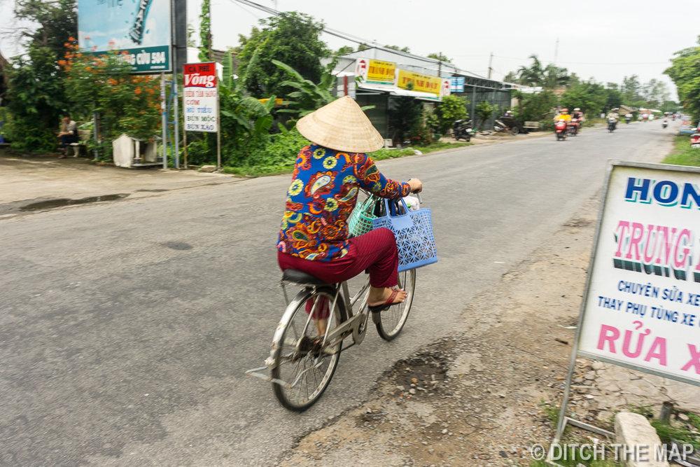 Woman Riding Bike en Route Can Tho, Vietnam