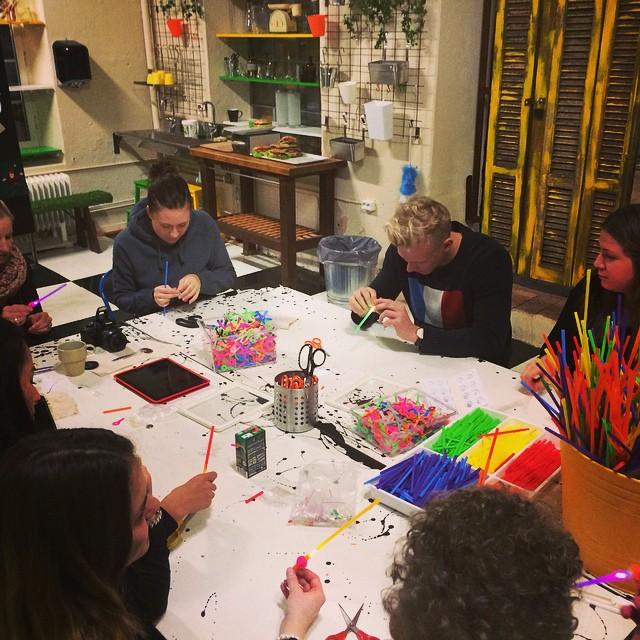 Vi bygger lysande fiberoptik hår och lasersvärd på #tomtits makerspace :)