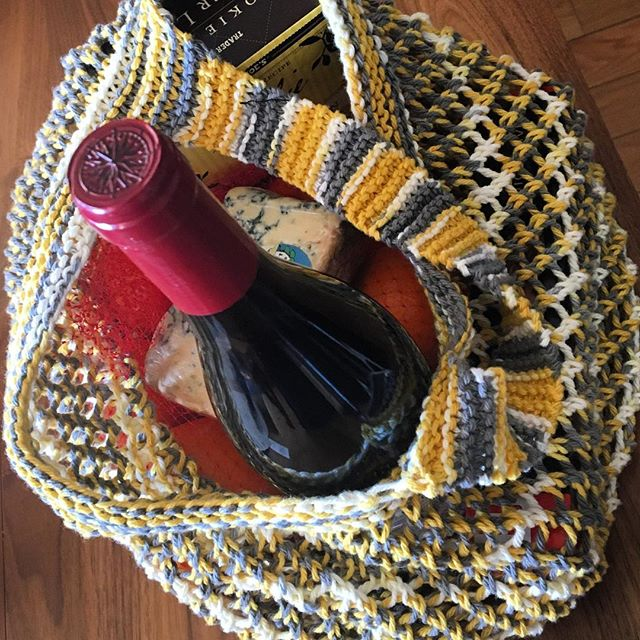 I do love a market bag — especially with wine. This one is a simple lace stitch that stretches to accommodate all of life's essentials. One of my favorite hostess gifts. #knittersofinstagram #knittersofnewyork #yarnnomads #knitting #learntoknit