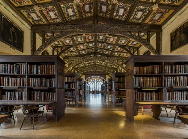 https://upload.wikimedia.org/wikipedia/commons/e/e1/Duke_Humfrey's_Library_Interior_6,_Bodleian_Library,_Oxford,_UK_-_Diliff.jpg
