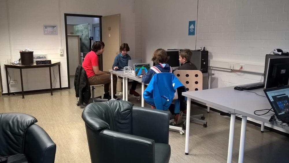Die neue Aufstellung der Tische ermöglicht die Zusammenarbeit in kleinen Gruppen.