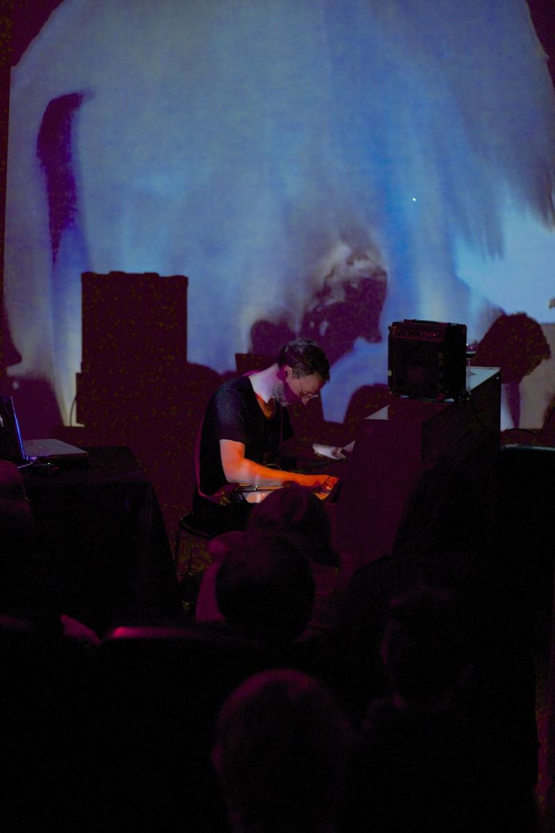 Matthew Collings achter de piano