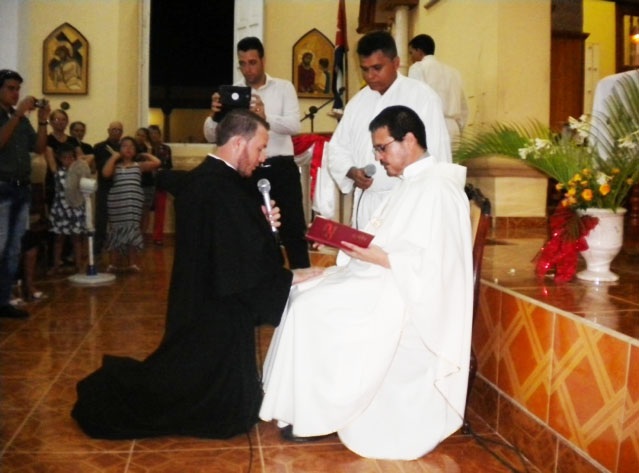 Yoandri Silva Calzadilla  professes first vows before Aldo Marcelo Cáceres, O.S.A., Superior of the Cuban Delegation.