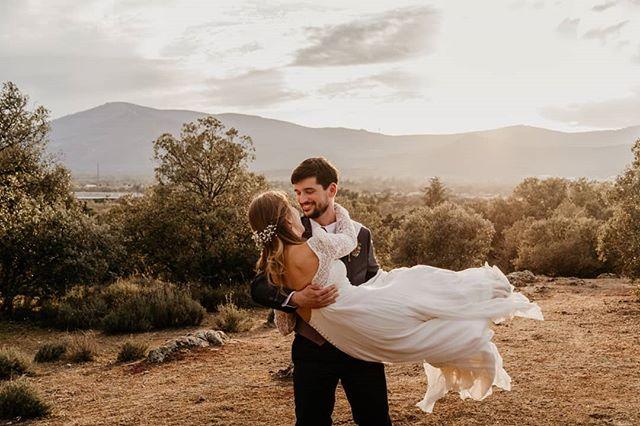 Como la caída del #vestidodenovia de Cris, dejándonos llevar por el viento, empezamos la temporada! ❤️ 😍 . Aún nos quedan fechas disponibles para 2019 y 2020! 👏 . Un placer trabajar de nuevo con @fincaeltomillar_cortesdemoraga  @cortesdemoragacatering @high_volume_event . . #fotografodebodas #videografosdeboda #weddingphotographer #weddingphotography #weddingplanner #weddingplannermadrid #weddinginspo #photobugcommunity #junebugweddings #dirtybootsandmessyhair #thewandererscommunity #alphacollective #SonyAlpha #bridedress #bodas2019 #bodas2020 #bodasconestilo #bodasconencanto #blogdebodas #weddingblogger