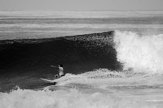 Encontrando el lugar con @gurylopez_surfcoach 📸 @jasperjarden #puravidamae #olas #buenisimo