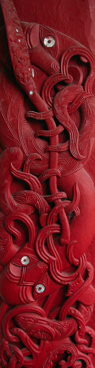 Maori carved house post from Tanenuiarangi meeting house, Waipapa marae, University of Auckland, depicting the navigator Kupe, holding a paddle to mark his prowess as a seafarer, an octopus (wheke), at his feet.  Photo : Kahuroa. Public Domain.